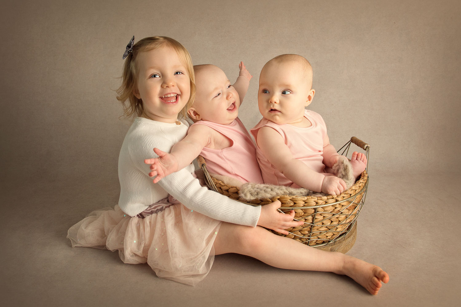 twins and older sister photo by siobhan kelly photography