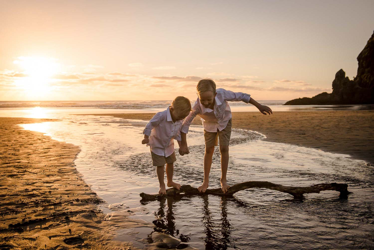 children at beach photography by auckland photographer siobhan kelly photography