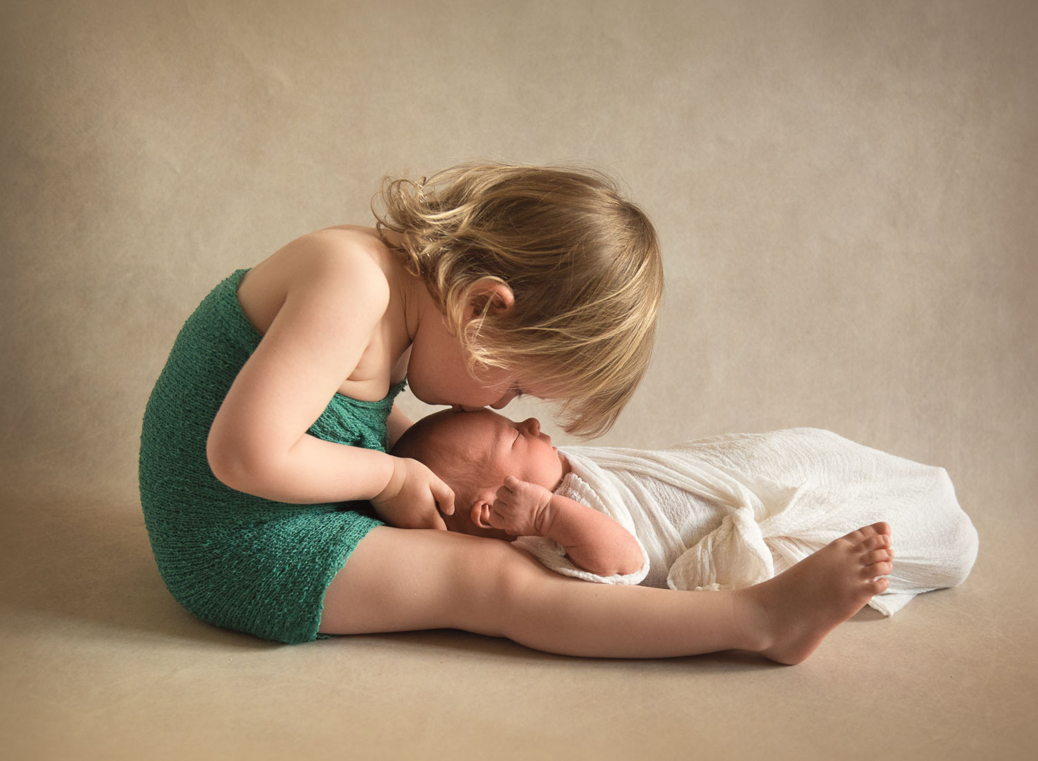 photo of baby and sibling by auckland newborn photographer